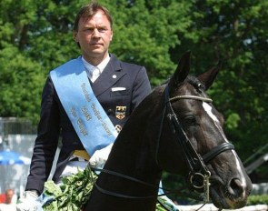 Dolf Keller and De NIro win the 2003 Hamburg Dressage Derby :: Photo © Ridehesten