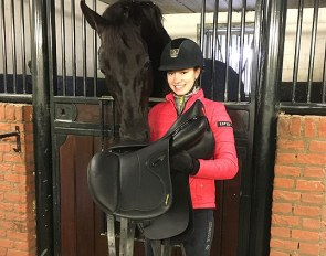 Charlotte Fry with her new Amerigo Pasubio Masterclass saddle, being inspected by her 2018 European Under 25 Champion mount Glamourdale