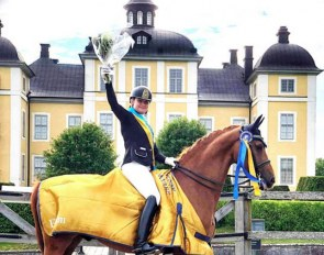 Felicia Olofsson and Bellman in front of Stromsholm castle at the 2019 Swedish Championships