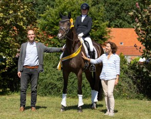 Managing Diredtor Wilken Treu congratulates Feingefühl, Sandra Kötter and Gaby Heye-Hammerlage on the victory in the five-year-old class.
