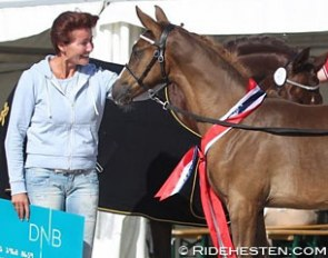 Owner Kristin Andresen with her champion filly Soros Diva at the 2016 Norwegian Foal Festival :: Photo © Ridehesten
