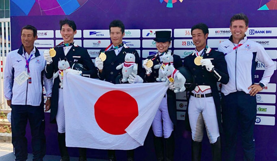 The gold medal winning Japanese team (Terui, Takahashi, Kuroki, Sado) at the 2018 Asian Games with chef d'equipe Terui Shinichi (left) and team trainer Christoph Koschel (right)