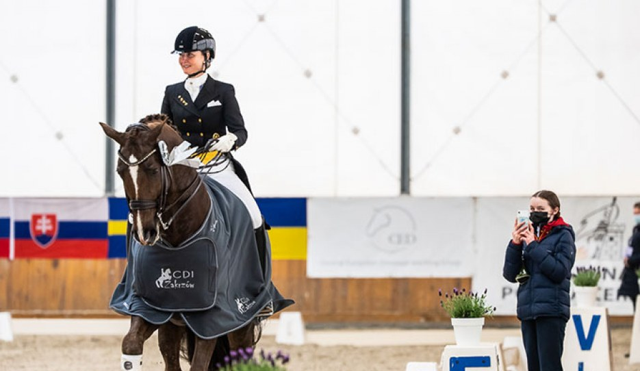 Kristy Oatley in the lap of honour with Du Soleil, getting filmed by daughter Rose :: Photo © Lukasz Kowalski