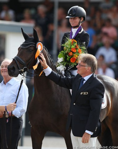 Eva Möller scores bronze on Candy. She is flanked by breeder Paul Wendeln (left) and FEI Dressage Director Frank Kemperman (right)