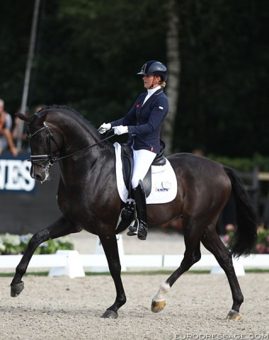 Emmelie Scholtens and Indian Rock (by Apache) landed 8th place. The black excels in canter, but in trot he was not enough in front of the aids and entirely regular in the rhythm. Also, the young stallion needs to stay more up in the poll.