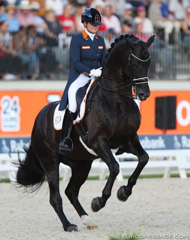 Emmelie Scholtens had Desperado in a really nice frame and going well in the first part of the test, but the piaffe did not happen and the horse refused to make any piaffe steps. Pity
