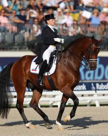 Elena Sidneva rode Fuhur in one of the most correct frames of all riders with a long neck, poll as highest point. Her piaffe-passage was also one of the best, but she lost the horse a bit in the canter with too long reins
