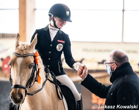 Corona fist pumps at the prize giving: Fanny Jöbstl on Dynasty (by Deinhard B x Arts Dancer Boy)