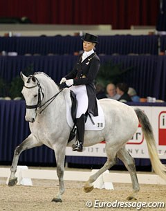 Nice to see Danish Anne van Olst on a new horse again. This is Sambuca Romane, an 11-year old KWPN gelding by Democraat x Uniform. The grey was impressed by the arena and got stressed