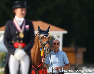 Cathrine Dufour's trainer Rune Willum holding Cassidy during the award ceremony