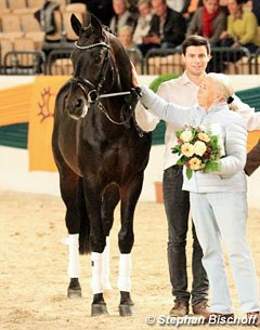 Oliver Twist was proclaimed elite stallion. Flanked by breeder Insa Ruprecht