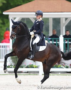 Katrien Verreet on the 10-year old Oldenburg licensed stallion Bailamos Biolley (by Sir Donnerhall I x Florestan). The bay is bred by Brigitte de Biolley and registered as owned by her daughters Stephanie and Virginie de Sadeleer.