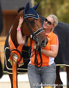 Mom Helga van Peperstraten cuddles with Cupido during the prize giving ceremony