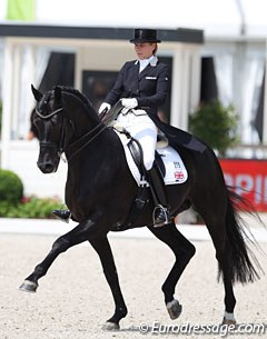 Susan Pape and Don Nobless performed below par in Rotterdam. The black stallion was not in front of his rider's aids (due to the heat?) and could not stayed closed in the frame and sharp on the aids. Pity