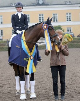 Rebecca Mauleon and 5-year old champion Athena at the 2018 Swedish Warmblood Young Horse Championships :: Photo © Swedehorse