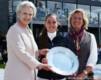 HRH Princess Benedikte and Nicole Siesbye-Suhr with this year's prize winner Cathrine Dufour :: Photo © Ridehesten