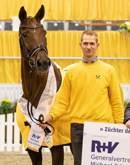 State Premium Mare Daylight with presenter Sebastian Krause. Bred by the Klausings and owned by the Brenninkmeijer family :: Photo © HV